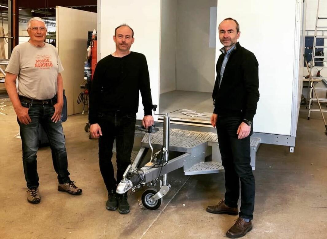 Ole Trygve Foseide, Rindal KrF, Martin Rise, Letthus, og Øyvind Håbrekke ved ei Letthus-vogn som skal leverast til Swix som smørebu.
