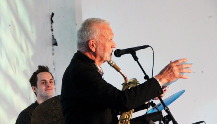 John Pål Inderberg las dikt på sin eigen, spesielle måte. Då satt smila laust både hos musikarar og publikummarar.