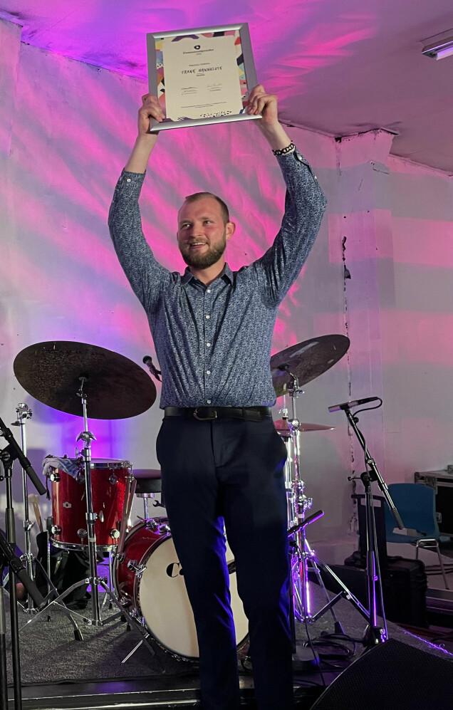 Frank Hannasvik med det synlege beviset på at han er ein av vinnarane av Drømmestipendet 2021.
