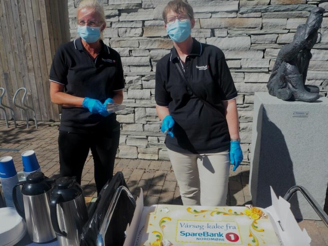 Liv Dalsegg og Ingrid Sponås fra Sparebank 1 Nordmøre serverer kaffe og kake