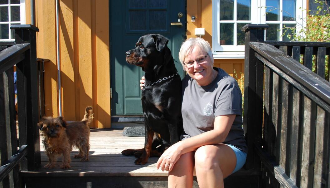 """Heime på """"klåppa"""" med hundane Lotta og Laffen"""