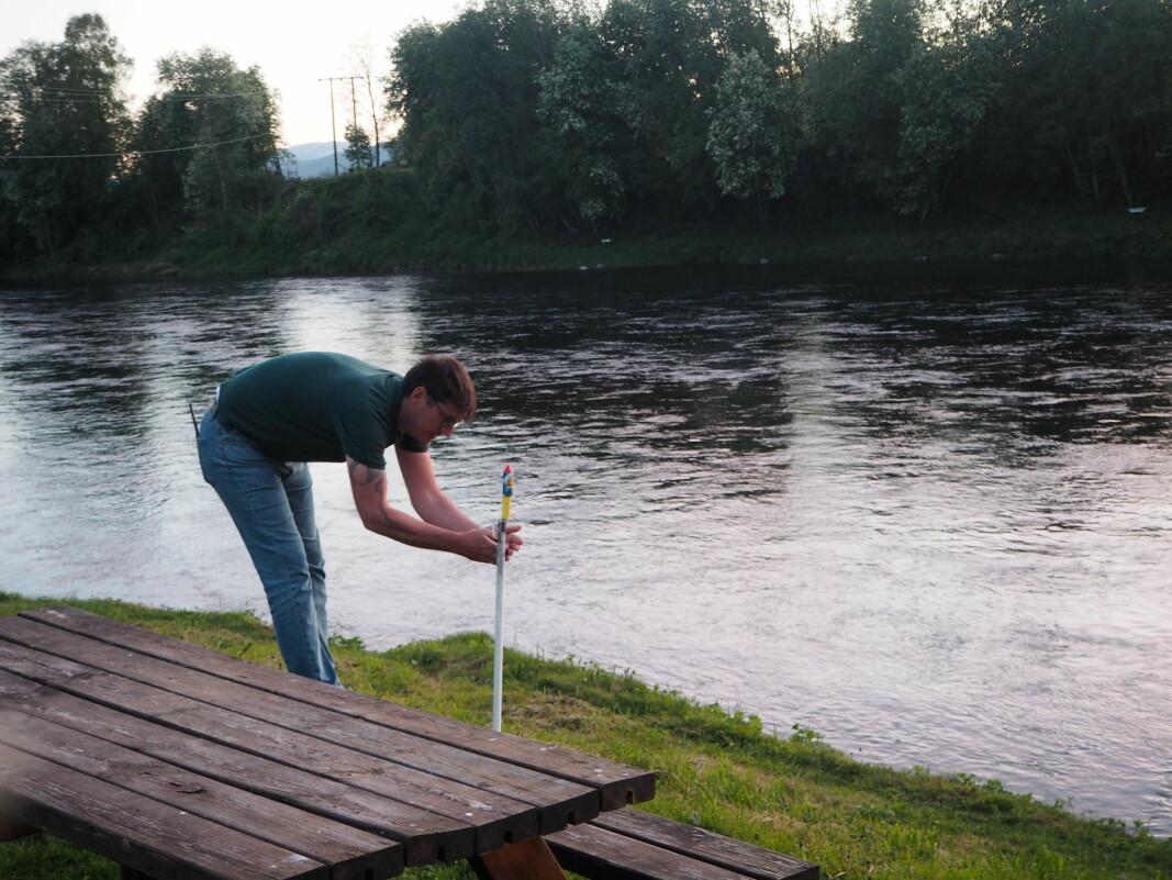 Gerald Grewe tenner lunta på raketten som markerer starten på fiskesesongen