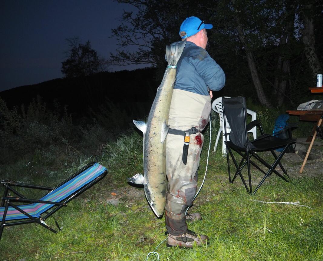Jørgen Sundal med sin laks på 16,2 kg