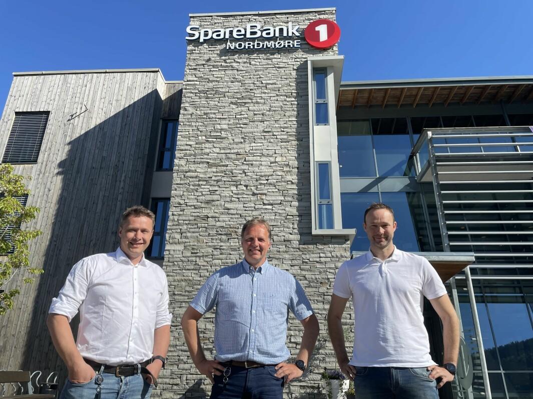 Sjef for bedriftsmarked Ole Magnus Løwe (f.v.) og administrerende bankdirektør Allan Troelsen i SpareBank 1 Nordmøre sammen med daglig leder og deleier i Trio Regnskap, Jostein Kvendset.