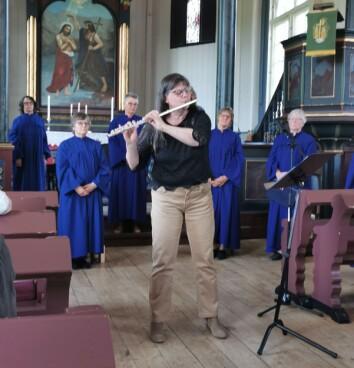 Tove Elin strand spilte fløyte og damekoret Credo vartet opp med korsang