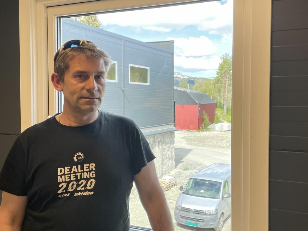 Jon Moen på det nye kontoret sitt, med Storfjellet i bakgrunnen.