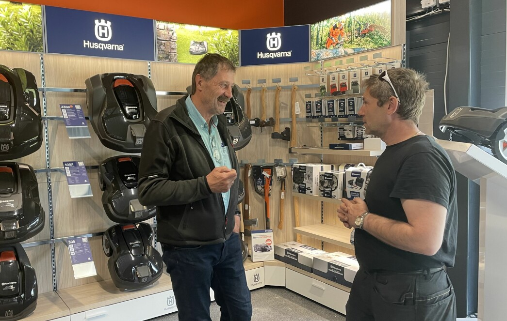 Rolf Kvernberg og Jon Moen foran deler av RBLs utvalg av robotgressklippere.