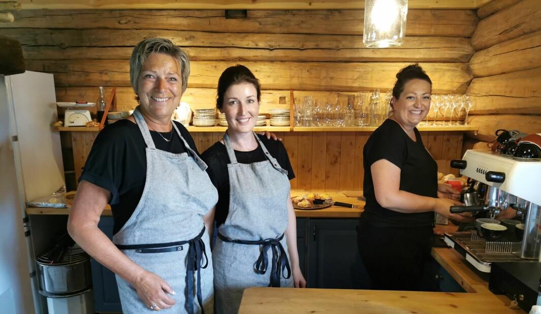 Inger Aa, Rita Danielsen og Karin Åsbø serverer steinovnsbakt bakst