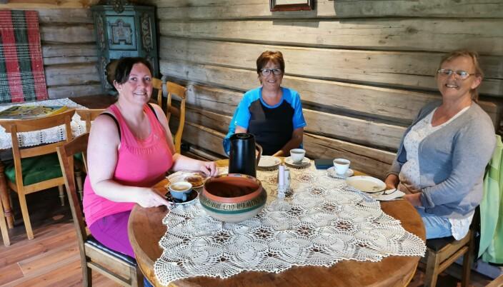 Sølvi Strand, Anne Lise Gravvold og Inger Merethe Mogstad kombinerer trimtur og kafèbesøk