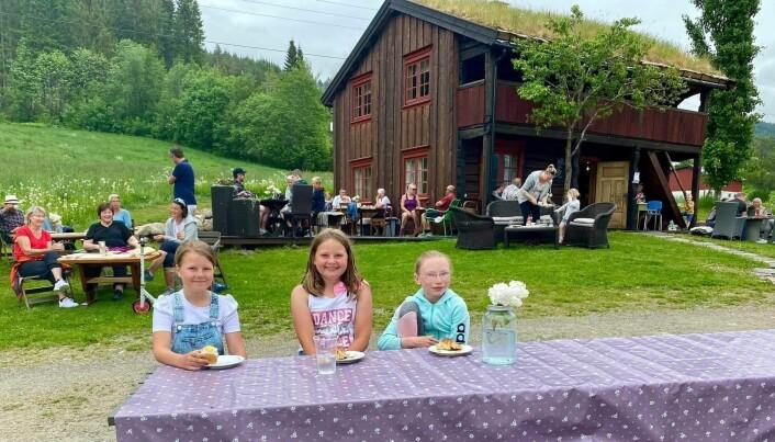 Signe Stenberg, Ingeborg Åsbø og Svea Nes Kvande koser seg på tunet