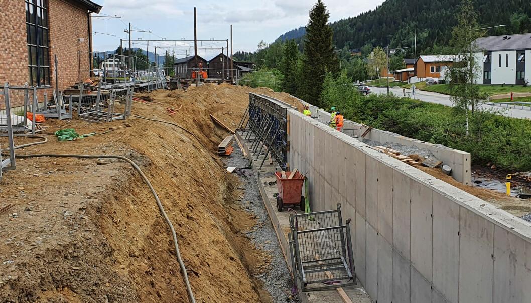 Det er støpt støttemurer for å sporene på Løkken stasjon og det nye adkomstsporet til verkstedene.