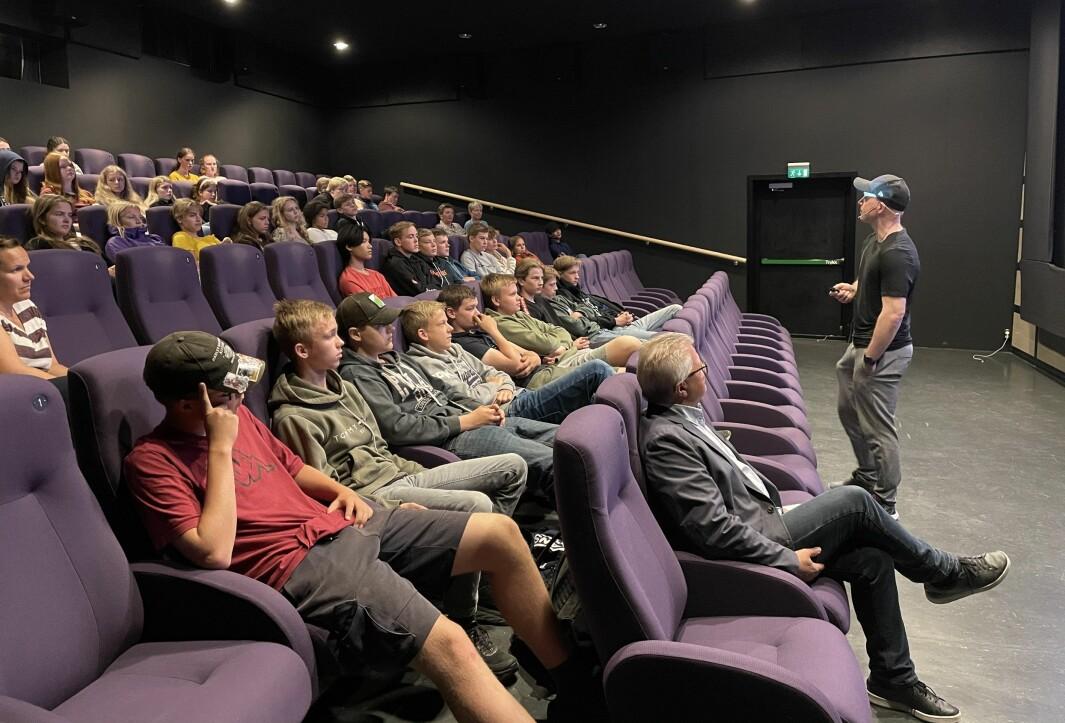 Filmlærar Raymond Grøvdal Hansen ved Nordmøre Folkehøgskule gav elevane på 10. trinn ved Surnadal Ungdomsskule gode tips om korleis dei skal lage best mogleg filmar når dei tysdag besøker lokale bedrifter.