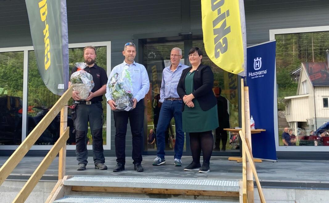 Daglig leder i RBL eiendom AS Ola Inge Svinsås, daglig leder i RBL AS Jon Moen, styreleder i RBL AS Ola T Heggem og ordfører Vibeke Langli foran inngangen til nybutikken.