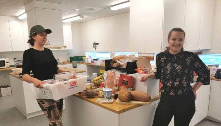 Victoria Pettersen og Synne Mogstad Høivik med noe av fangsten etter en runde på butikkene