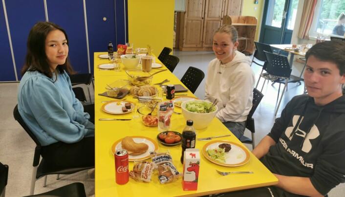 Biff til lunsj på en helt vanlig torsdag er ikke verst. Fra venstre Emily Stangvik, Aurora Berle og Jørgen Svendsli