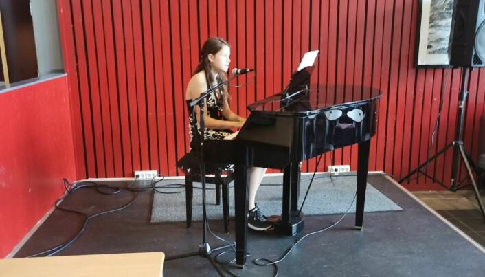 Hedda Moen Gjerstad sang og spilte piano på åpningen