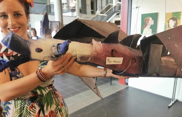 -Du må få med bilde av denne, sier Inga Dalsegg og viser fram den flotte dragen som Mia Strand har laget