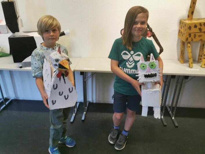 Vegard Bøklepp og Sivert Øverland viser fram pappskulpturene sine med inspirasjon fra dyreriket