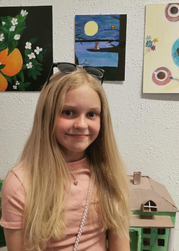 Anna Aune-Møkkelgjerd er kunstneren bak bildet av reven og ugla i treet.