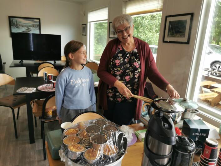 Mia Kvande og Bestemor Elsa Kvande sørget for å holde blodsukkeret oppe hos sultne spillere