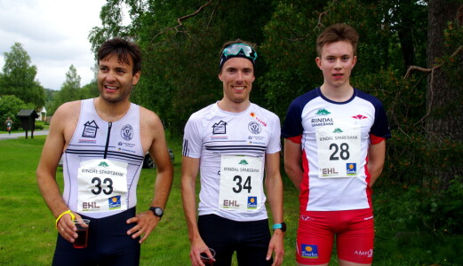Vinnaren Sverre Solligård (34), Svorkmo NOI, omkransa av Jo-Inge Sandvik (33), Svorkmo NOI og Erik Løfald (28), Rindal IL