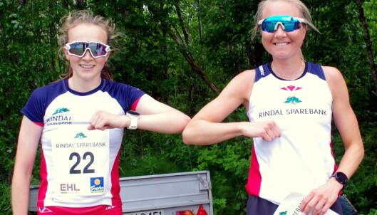 Vinnar av dameklassa, Alise Einmo (t.h.) og Mali Eidnes Bakken, begge Rindal IL og blide konkurrentar!