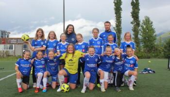 Laget med lagleder Linda Botten og trener Geir Olav Birkestøl. Laget har også på seg helt nye drakter