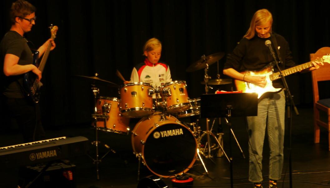 Bastian og Uma åpnet konserten sammen med lærer Brage Kristian Einum.