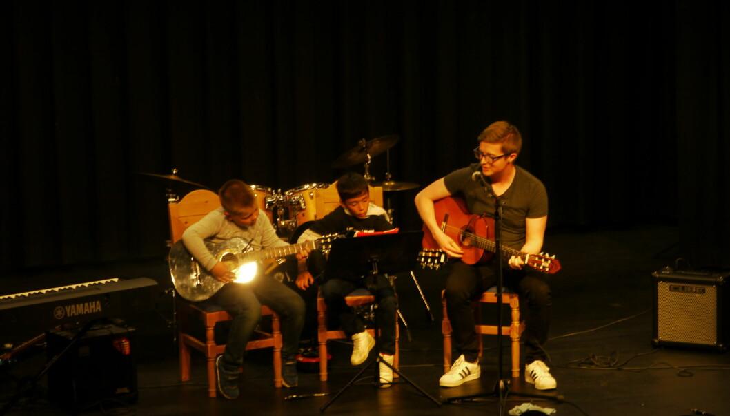 Airo og Arnfinn spilte gitar