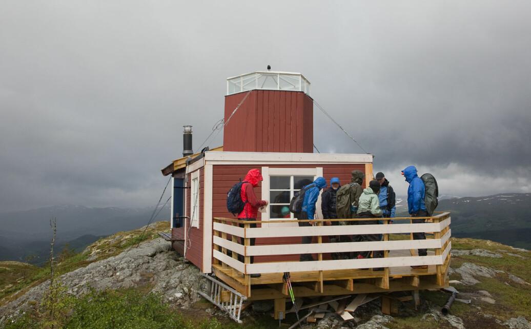 Har kommet til hytta på Garbergsfjellet. Hytta har nylig fått et tårn på taket.
