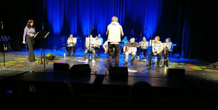 Nordmøre ungdomsstorband med vokalist Lana Elisabth Ingrid Hansen og dirigent Alf Ekholm