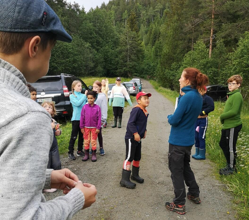 Lisa Forslund introduserer natursti medan Åsmund følger med at dei får rett info.