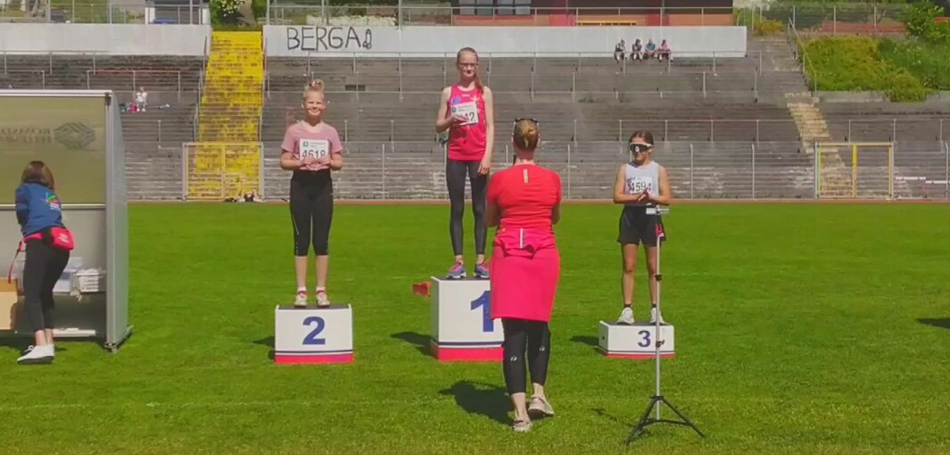 Nina Røen på pallen. Sølvmedalje i lengde.
