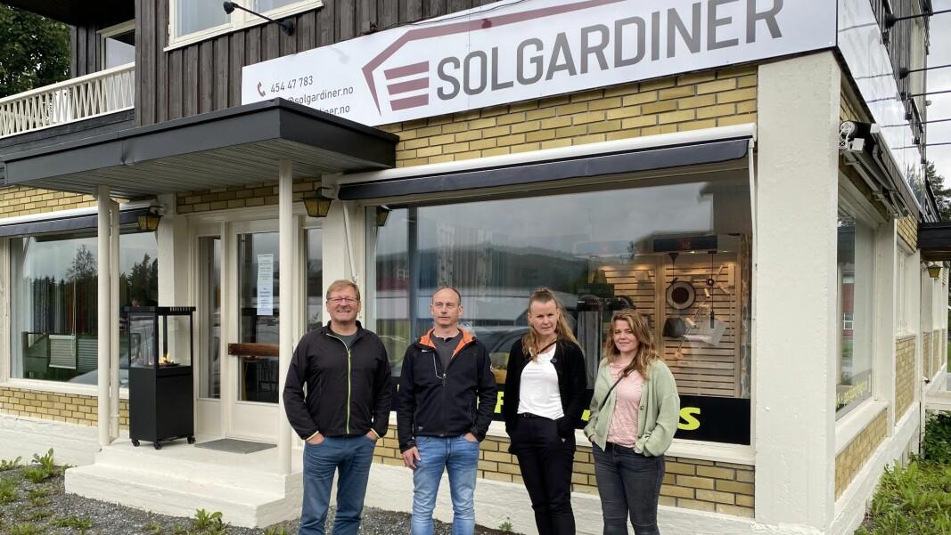 Jorodd Asphjell, Martin Rise, Camilla Løften og Line Flåtten foran lokalene til Solgardiner og Proff El & IT i Rindal sentrum.
