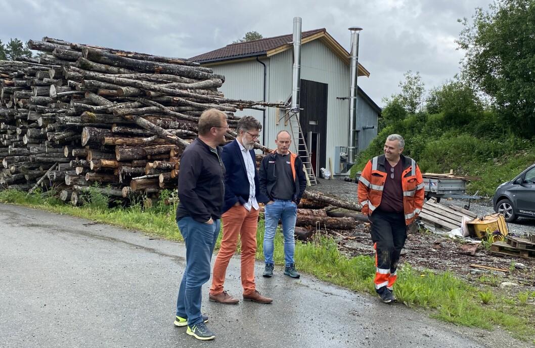 Det nye fyringsanlegget i bakgrunnen. F.v. Jorodd Asphjell, Tom Godtland, Martin Rise og Petter Holte.