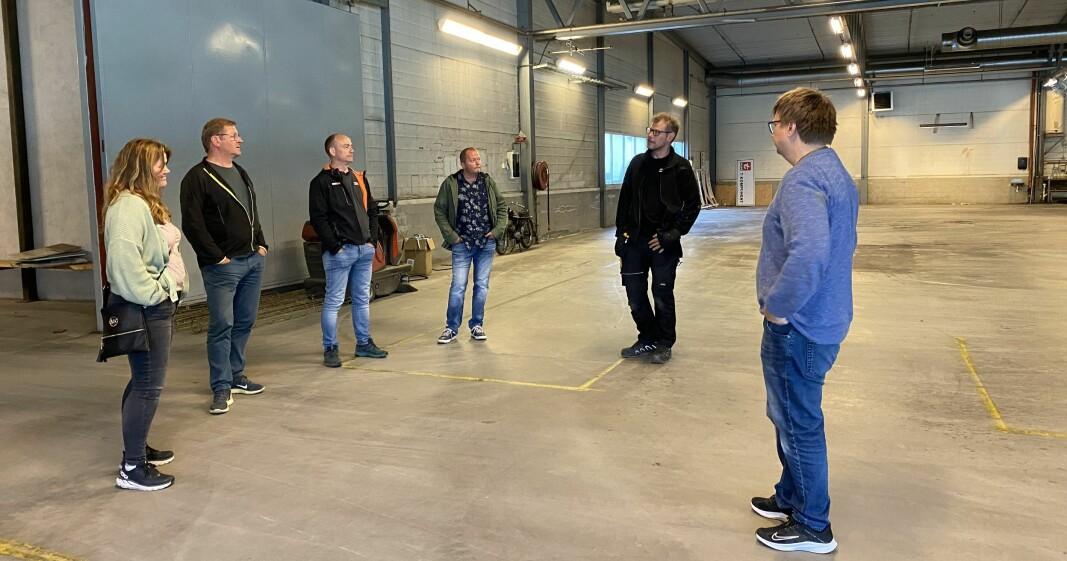 F.v. Line Flåtten, Jorodd Asphjell, Martin Rise og Jan Thore Martinsen, i prat med daglig leder Karstein Mauset og styreleder Håkon Fredriksen i Rindal Næringspark.