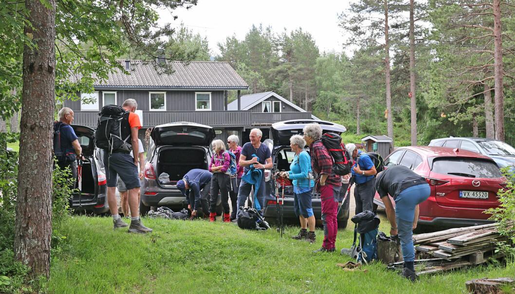 Klare til å ta beina fatt fra boligfeltet på Vinjeøra. Bratt skogli i starten.