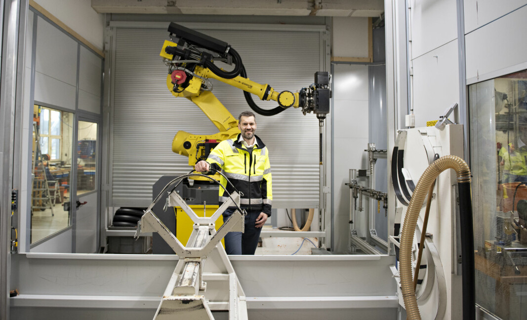 Investeringer i digitalisering og automatisering på Pipelifes fabrikker sikrer merverdi for kundene. Administrerende direktør, Sigmund Aandstad, i Pipelife Norge viser freserobot ved fabrikken i Surnadal.