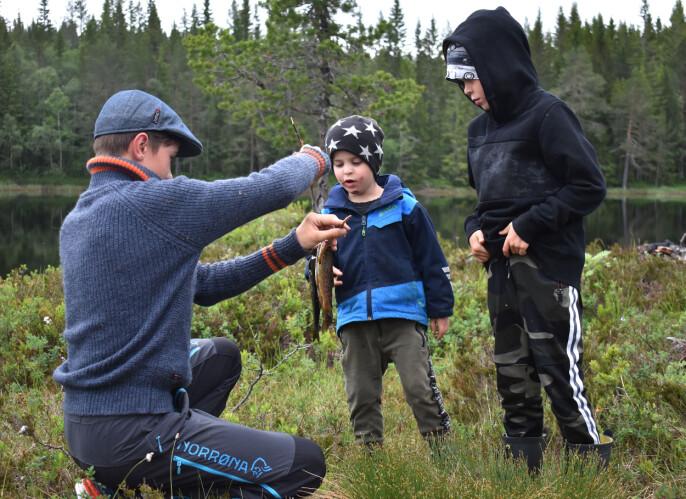 Casper og Matheo Aalmo fikk studere fangsten til Åsmund Humberset