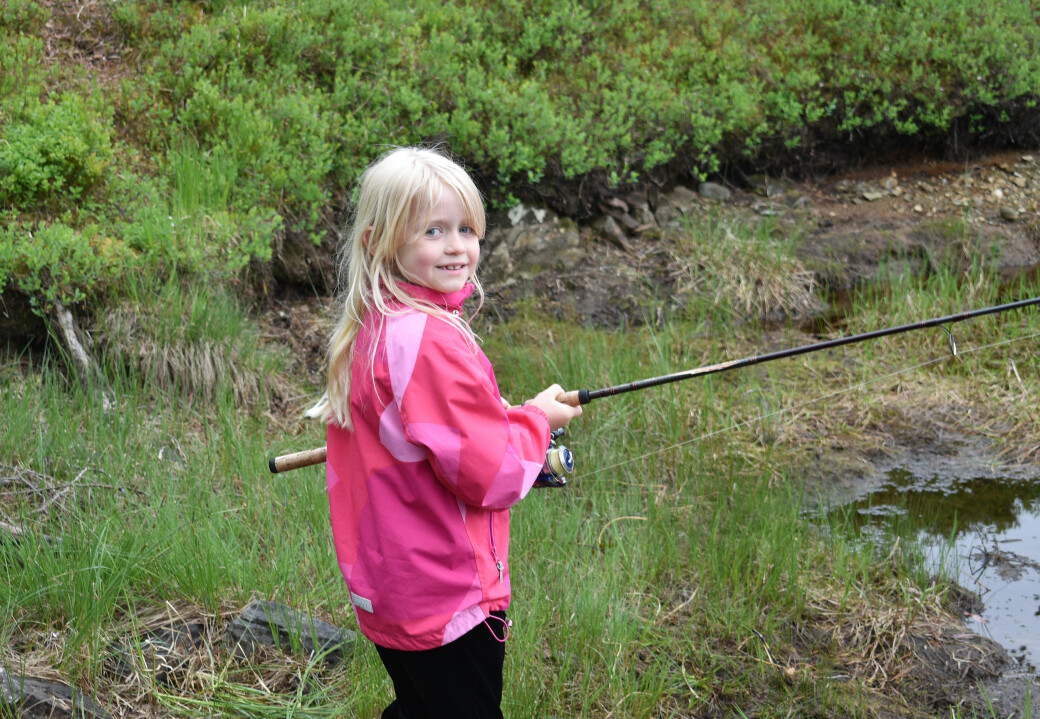 Ingrid Oline Gravvold Iversen (7) har tatt turen fra Kristiansund, og var på Nordmarka sammen med mamma Ella Gravvold og onkel John Skjølsvoll Gravvold