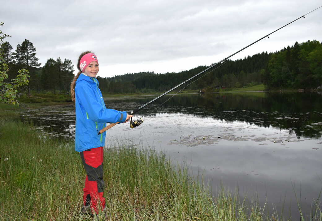Elise Jensen (11) prøvde fiskelykken i idylliske Glønavatnet