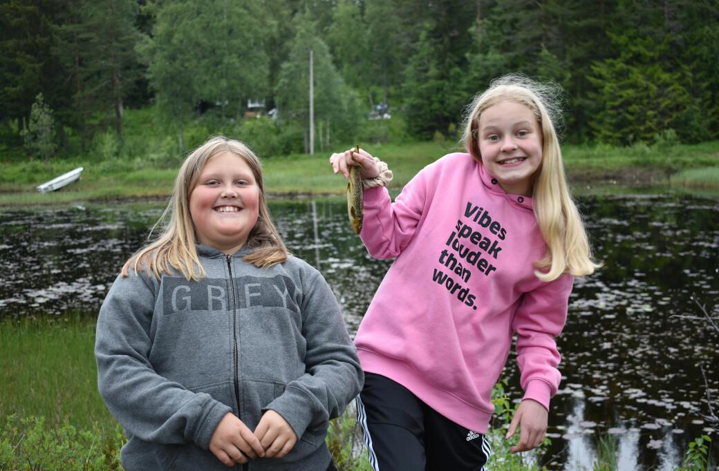 Mari Karlsen og Anna Møkkelgjerd kunne smile bredt etter å ha fått fisk på kroken