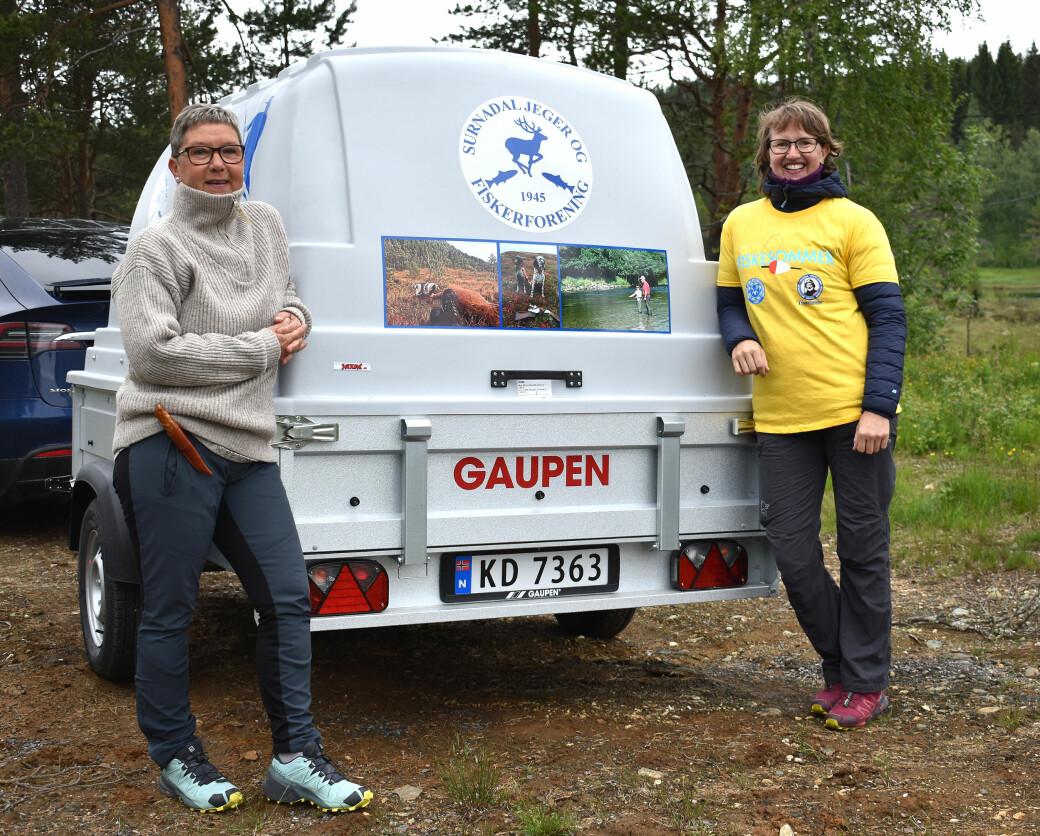 Surnadal jeger- og fiskeforening har gått til innkjøp av en flott bilhenger, noe Turid Sættem Eggen og Linda Humberset setter stor pris på