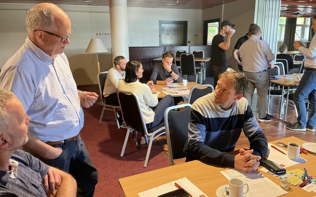 Øystein Halle (t.v.) og Hans Mogstad (t.h.) fra Pipelife Norge i samtale med Innveno-sjef Magne Løfaldli.