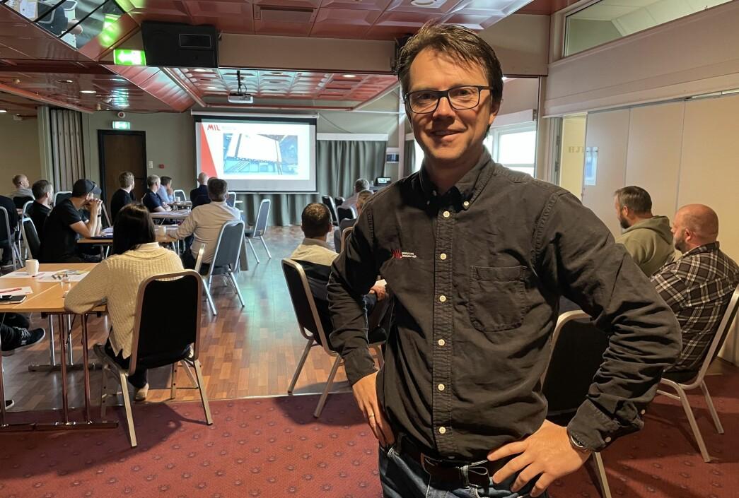 Svein-Inge Baade Ringstad fra Mechatronics Innovations Lab (MIL) i Grimstad oppildnet de rundt 30 deltakerne, som fikk høre mer om blant annet robotikk, sensorikk og mixed reality.