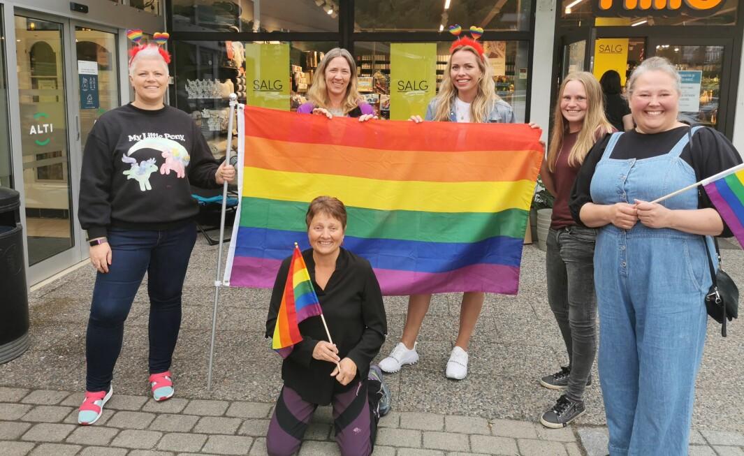 Arrangerer Surnadals første Pride: Fra venstre: Karina Kalvik, Marit Sjøsæter, Kari Evensen, Lene Søyseth og Annett Ranes. Lilly Gunn Nyheim foran. Mona Stenberg var ikke til stede da bildet ble tatt.