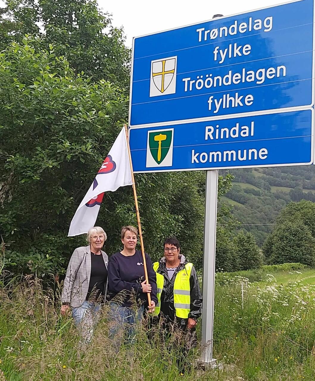 May Britt Hollås, leder i Surnadal sanitetsforening, Elinor Bolme, fylkesleder i NKS Møre og Romsdal, og Solveig Fosseide, leder i Rindal sanitetsforening.