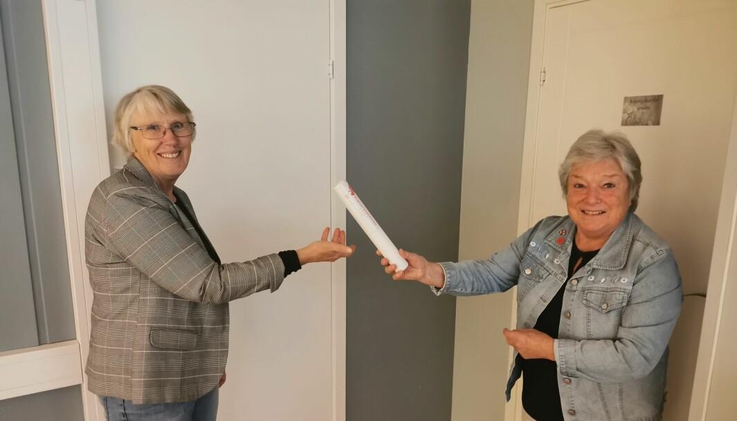Britt May Hollås tar imot kløverstafettpinnen av Maren Ansnes