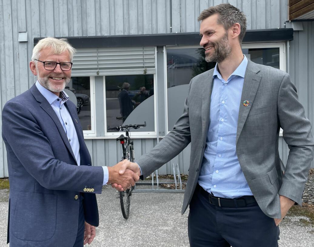 Sigmund Aandstad (t.h.) takker av sin forgjenger som administrerende direktør i Pipelife, Kjell Johan Larsen. Larsen gikk fredag av med pensjon.