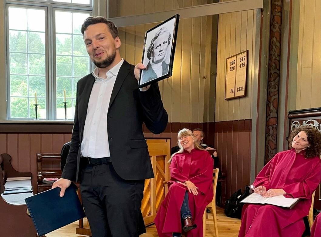Erik Rosenius viser foto av ein forfeder, kjente Carl Olof Rosenius.